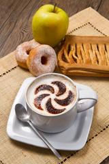 cappuccino con ciambella e strudel