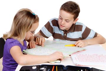 kinder unterstützen sich gegenseitig bei den hausaufgaben