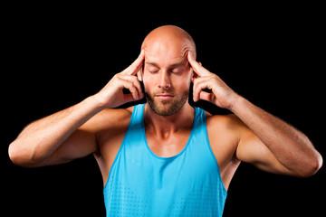 Sportler massiert seinen Kopf