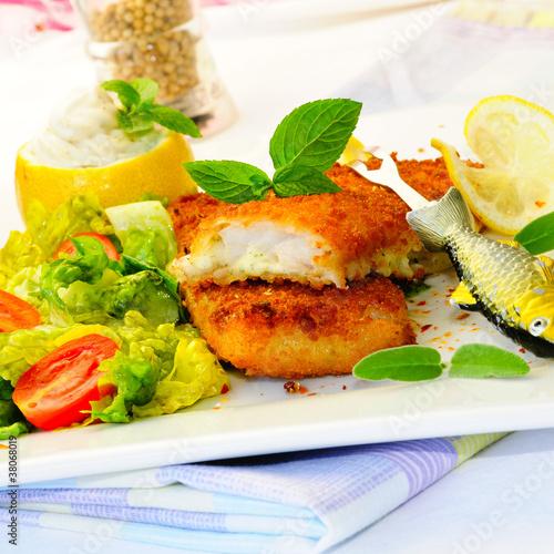 Frittiertes Seelachsfilet auf frischem Salat