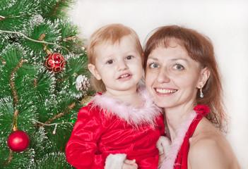 девочка с мамой возле елки