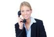 blonde junge frau führt ein telefonat