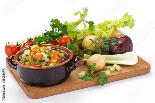 Verdure per minestrone su tagliere di legno