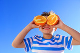 Kind mit Orange