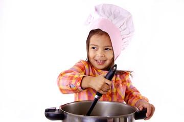 petite fille prépare a manger comme un chef de restaurant