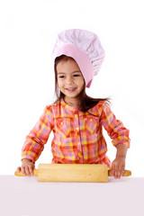 enfant prépare gateau avec rouleau a pâtisserie