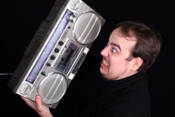 Mann mit Kassettenrecorder