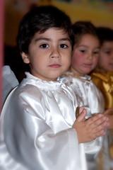 bambino che prega vestito da angelo