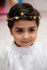 bambino con coroncina di stelle dorate