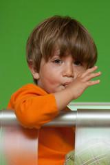 bambino che si ciuccia il dito