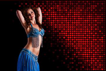 Orientalische Tänzerin vor Herzenhintergrund
