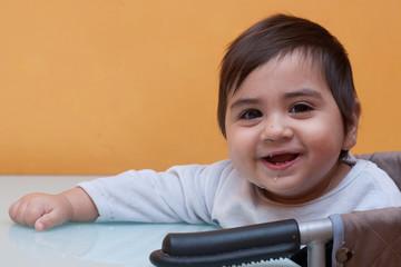 bambino nel seggiolone a tavola