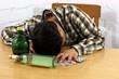 Alkoholkranker schläft mit Flasche und Tabletten