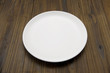 木のテーブルに白色のお皿のアップ