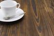 木のテーブルに白いコーヒーカップ