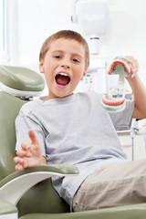 Kind hat Spaß beim Zahnarzt
