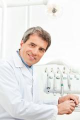 Zahnarzt mit seinen Instrumenten