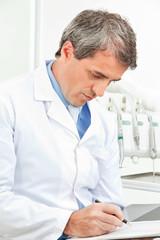 Zahnarzt kontrolliert Checkliste