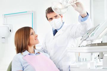 Ältere Frau bei Zahnbehandlung