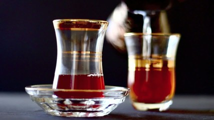 türkischer Tee mit Zuckerwürfel