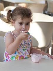 bambina mangia gelato in coppetta
