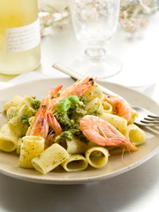 pasta with shrimp and pesto sauce