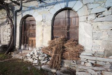 fascine di legno davanti ad una porta