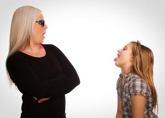 freches Kind und empörte Mutter
