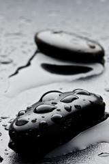 pietra nera con gocce d'acqua