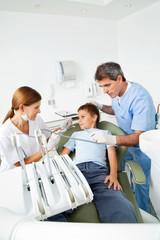 Junge auf Zahnarztstuhl