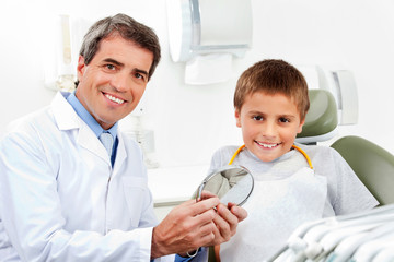Portrait von Zahnarzt und Kind
