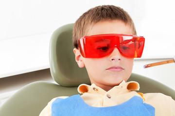 Kind bei Laserbehandlung beim Zahnarzt