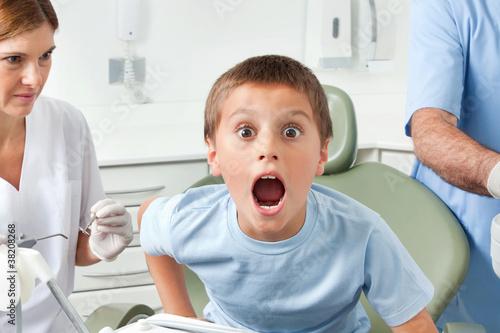 Junge beim Zahnarzt macht Mund auf