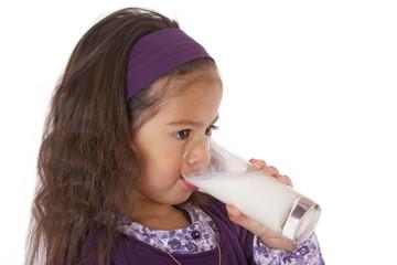 enfant avec verre de lait a la bouche