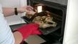 Mujer cocinando muslos de pollo con cerveza