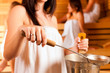 Wellness - Freundinnen in der Sauna im Spa