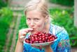 девушка кушает ягоды черешни