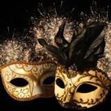 Fototapety Złote maski karnawałowe na tle fajerwerków