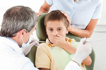 Junge beim Zahnarzt ist ängstlich
