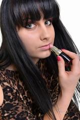 femme avec rouge à lèvres