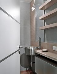 lavello rotondo di acciaio in bagno moderno