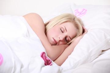 junge hübsche frau schlafend im bett
