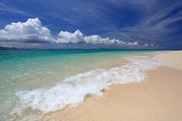 水納島の美しいビーチと白い雲