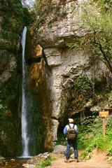 Escursionista con cascata