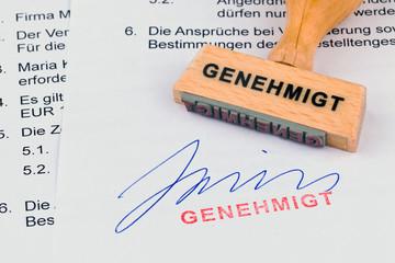 Holzstempel auf Dokument: Genehmigt