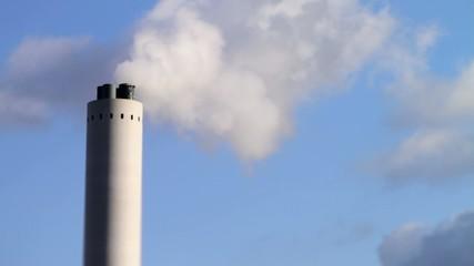 Industrieschornstein dampfend