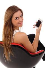 Mit Handy im Sessel