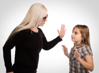 Mutter gibt Tochter eine Ohrfeige