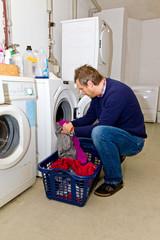 Mann beim Wäsche waschen