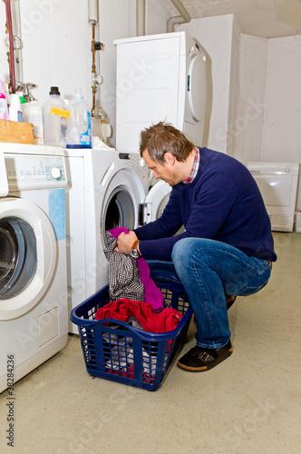 mann beim w sche waschen stockfotos und lizenzfreie bilder auf bild 38284236. Black Bedroom Furniture Sets. Home Design Ideas